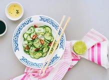 Insalata tailandese del cetriolo, vestentesi per l'insalata sulla vista superiore Fotografia Stock Libera da Diritti