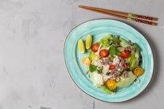 Insalata tailandese piccante con le tagliatelle di riso e della carne tritata SEN DI YAM WOON La vista dalla parte superiore Copi fotografie stock