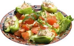 Insalata tradizionale con i pomodori e l'alimento dei peperoni con formaggio ed insalata verde in piatto tradizionale con le tort Fotografia Stock Libera da Diritti