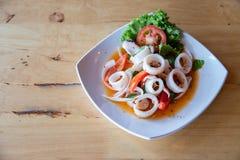 Insalata tritata piccante del calamaro di stile tailandese, di nordest del menu famoso del ` s della Tailandia dolce cotto a vapo fotografia stock libera da diritti