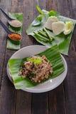 Insalata tritata piccante della carne di maiale sulla foglia fresca della banana Fotografia Stock