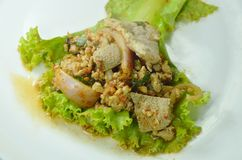 Insalata tritata piccante tailandese della carne di maiale su lattuga fresca immagine stock libera da diritti