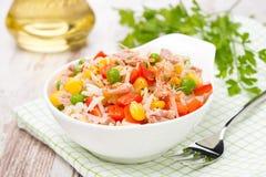 Insalata variopinta con mais, i piselli, il riso, il peperone ed il tonno Immagine Stock Libera da Diritti