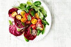 Insalata variopinta di estate con Cherry Tomatoes, valerianella del Radicchio e spinaci Immagine Stock Libera da Diritti