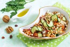 Insalata vegetariana con i fagioli verdi e gli ortaggi freschi germogliati Fotografia Stock