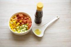 Insalata vegetariana del pomodoro, pepe, cetriolo, esperto con la salsa di soia Immagine Stock Libera da Diritti