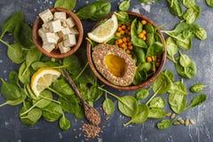 Insalata vegetariana sana con il tofu, il cece, l'avocado e il sunflo fotografie stock
