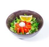 Insalata verde con i pomodori ciliegia e la mozzarella Immagine Stock
