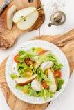 Insalata verde con i pomodori, la mozzarella e la pera Fotografia Stock Libera da Diritti
