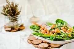 Insalata verde con la rucola, il mais, le carote ed i ceci al forno guar fotografia stock libera da diritti