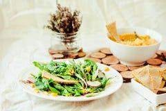 Insalata verde con la rucola, il mais, le carote ed i ceci al forno guar immagine stock