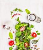 Insalata verde della miscela con i pomodori, il petrolio e l'aceto balsamico Fotografia Stock