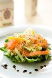 Insalata verde fresca con i salmoni affumicati, l'avocado e la l Immagine Stock Libera da Diritti