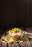 Insalata verde fresca con il backgrou fresco di estate della lattuga e del pollo fotografia stock