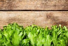 Insalata verde fresca sopra fondo di legno - sano o vegetariano immagini stock libere da diritti