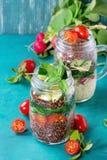 Insalate con la quinoa in barattoli Fotografie Stock
