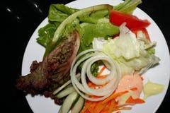 Insalate di verdure dalle carote, dal cavolo, dalle cipolle e da altre verdure immagini stock
