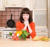 Insalubre contra a mulher saudável do conceito do alimento com rejeição dos vegetais Fotos de Stock