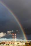 Insanely härlig regnbåge över staden Royaltyfri Foto