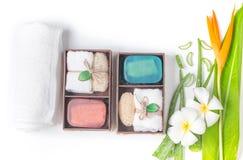 Insaponi il contenitore di regalo della stazione termale isolato su fondo bianco Fotografia Stock