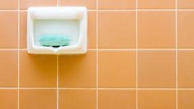Insaponi il supporto lle certe mattonelle nella stanza da bagno Immagini Stock