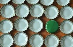 Inscatoli il tappo di bottiglia per la birra della copertura o la soda che sistema sul bordo di legno fotografie stock