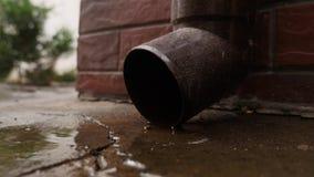 Inscatoli il tubo di scarico di funzionamento dell'acqua e le gocce di acqua cadono Riunione dell'acqua piovana archivi video