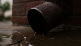 Inscatoli il tubo di scarico di funzionamento dell'acqua e le gocce di acqua cadono Riunione dell'acqua piovana video d archivio