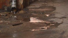 Inscatoli il tubo di scarico di funzionamento dell'acqua e le gocce di acqua cadono Riunione dell'acqua piovana stock footage