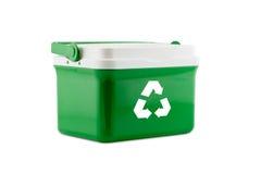 Inscatoli la plastica con riciclano il segno isolato su fondo bianco Immagine Stock