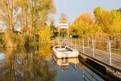Inschepend pijler voor het eiland van Virginia, meer Varese, Biandronno, Italië, in een mooie zonnige de herfstdag Royalty-vrije Stock Afbeelding