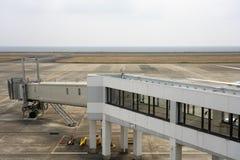 Inschepende brug, Tarmac en Baan bij Amami-luchthaven in Amami Oshima, Kagoshima, Japan royalty-vrije stock afbeelding