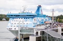 Inschepende cruiseboot in Mariehamn stock foto's