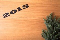 Inschrijving 2015, Kerstboom op een houten lijst Stock Foto