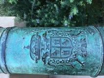 Inschrijving op het Poder-kanon, buiten de Ambtenarenclub, Presidio San Francisco, 2 stock afbeeldingen