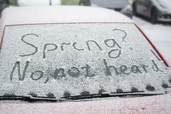 Inschrijving op het windscherm: De lente? Gehoord niet nr! Concept de koude lente, de sneeuwlente royalty-vrije stock foto