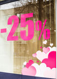 Inschrijving op het winkelvenster, 25 percentenkorting en roze hea Stock Fotografie