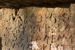 Inschrijving op oud graf in de Griekse taal Karakters, symbolen hiërogliefen royalty-vrije stock foto's