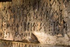 Inschrijving op oud graf in de Griekse taal Karakters, symbolen hiërogliefen royalty-vrije stock afbeelding