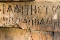 Inschrijving op oud graf in de Griekse taal Karakters, symbolen hiërogliefen stock foto
