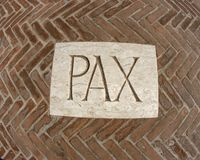 Inschrijving PAX als symbool van vrede op een plaque 1 Stock Fotografie