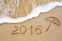 Inschrijving van het jaar 2016 geschreven in het natte gele strand sa Stock Foto's