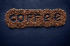 Inschrijving van koffie van koffiebonen op de donkere achtergrond Stock Foto's