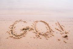 Inschrijvingen op het zand: ga! Stock Afbeeldingen
