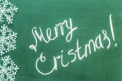 Inschrijvings Vrolijke Kerstmis op bord geschreven op een blackboa Royalty-vrije Stock Fotografie