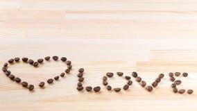 Inschrijvingsliefde met koffiebonen Stock Foto's