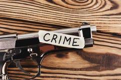 Inschrijvingsmisdaad op gescheurd document en glanzend pistool stock foto's