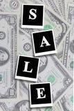 Inschrijvingsverkoop op de dollarsachtergrond royalty-vrije stock afbeeldingen