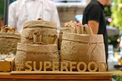 A inscrição é alimento super, com letras de madeira em um backgrou fotografia de stock royalty free