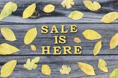 Inscrição amarela A venda está aqui Letras de madeira Quadro do yello fotografia de stock